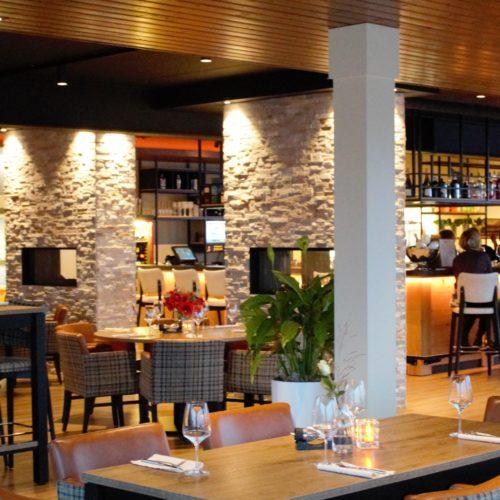 Eten en drinken aan de bar in Brasserie Blush.